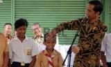 Presiden Joko Widodo membagikan Kartu Indonesia Pintar (Ilustrasi)