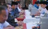 Presiden Joko Widodo membayar zakat penghasilan melalui Baznas di Istana Merdeka, Jakarta, Kamis (16/5).