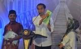 Presiden Joko Widodo menunjukkan sertifikat tanah