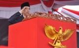 Presiden Joko Widodo selaku Inspektur Upacara memberi hormat pada Upacara Parade dan Defile HUT ke-72 TNI Tahun 2017 di Dermaga Indah Kiat, Cilegon, Banten Kamis (5/10).