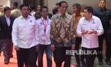 Presiden Joko Widodo (tengah) berjalan bersama Ketua Umum Perindo Hary Tanoesoedibjo (kanan) dan Menko Polhukam Wiranto (kiri) saat menghadiri Rakornas Perindo 2019 di Jakarta, Selasa (19/3/2019).