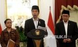 Presiden Joko Widodo (tengah) bersama Menteri Luar Negeri Retno Marsudi (kiri) dan Menteri Agama Lukman Hakim Saifuddin memberikan keterangan pers terkait kuota jamaah haji di Istana Merdeka, Jakarta, Rabu (11/1).