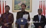 Presiden Joko Widodo (tengah) didampingi Menkopolhukam Wiranto (kiri) dan Wakil Menteri Luar Negeri AM Fachir (kanan) menyampaikan pernyataan sikap terkait pernyataan sepihak Amerika Serikat atas diakuinya Yerusalem sebagai ibu kota Israel di Istana Kepresidenan Bogor, Jawa Barat, Kamis (7/12).