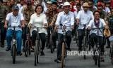 Presiden Joko Widodo (tengah) didampingi Menteri Luar Negeri Retno Marsudi (kanan), Menteri Keuangan Sri Mulyani (kedua kiri), Menteri PUPR Basuki Hadimuldjono (kiri) bersepeda di Kawasan Kota Lama Semarang, Jawa Tengah, Senin (30/12/2019).