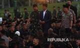 Presiden Joko Widodo (tengah) didampingi Panglima TNI Marsekal TNI Hadi Tjahjanto (kiri) dan Kapolri Jenderal Pol Tito Karnavian (kanan) tiba di lokasi acara buka puasa bersama keluarga besar TNI-Polri dan masyarakat di Jakarta, Kamis (16/5)