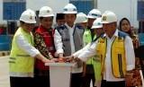 Presiden Joko Widodo (tengah) didampingi Sekretaris Kabinet Kerja Pramono Anung (kiri), Menteri PUPR Basuki Hadimuljono (kanan), Menteri BUMN Rini Soemarno (kedua kanan) dan Wakil Gubernur Jawa Tengah Taj Yasin (kedua kiri) menekan tombol saat peresmian tol Pejagan-Pemalang, di Gate Tol Tegal, Kalimati, Kabupaten Tegal, Jawa Tengah, Jumat (9/11/2018).