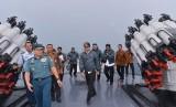 Presiden Joko Widodo (tengah) meninjau KRI Imam Bonjol 383 usai memimpin rapat rapat terbatas tentang Natuna di atas kapal perang tersebut saat berlayar di perairan Natuna, Kepulauan Riau, Kamis (23/6).