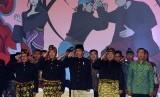 Presiden Joko Widodo (tengah) menyanyikan lagu Indonesia Raya bersama Menteri Pemuda dan Olaharaga, Imam Nahrawi (kedua kiri), Sekretaris Kabinet, Pramono Anung (kiri), Ketua Umum Ikatan Pencak Silat Indonesia (IPSI), Prabowo Subianto (kedua kanan) dan Gub