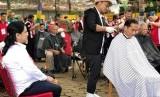 Presiden Jokowi cukur rambut bersama bersama warga.