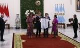 Presiden Jokowi dan Presiden Argentina Mauricio saat bertukar cendera mata dalam pertemuan bilateral di Istana Kepresidenan Bogor, Jawa Barat siang ini, Rabu (26/6). Presiden Jokowi memberikan suvernir berupa bola buatan Majalengka dan Presiden Mauricio memberikan jersey bernomor punggung 10.