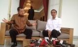 Presiden Jokowi dan Wapres Jusuf Kalla sedang berbincang.
