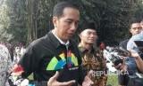 Presiden Jokowi menggunakan jaket bertuliskan Asian Games di bagian belakang