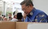Presiden keenam Republik Indonesia, Susilo Bambang Yudhoyono saat menggunakan hak pilihnya di Singapura.
