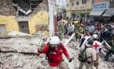 Presiden Meksiko Enrique Pea Nieto (tengah kanan) sat berkunjung ke salah satu lokasi gempa di Jojutla, Morelos, Rabu (20/9).
