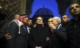 Kala Presiden Prancis Macron Naik Pitam pada Polisi Israel. Presiden Prancis Emmanuel Macron (tengah) mengunjungi komplek Masjid al-Aqsha di Yerusalem, Rabu (22/1).