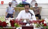 Presiden RI, Joko Widodo (tengah)