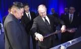 Presiden Rusia Vladimir Putin (kanan) memperlihatkan sebilah pedang Rusia sebagai hadiah kepada Pemimpin Korea Utara (Korut) Kim Jong-un di Vladivostok, Rusia, Kamis (25/4).