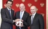 Presiden Rusia Vladimir Putin (kanan), Presiden FIFA Gianni Infantino (tengah) dan Emir Qatar, Sheikh Tamim bin Hamad al-Thani berfoto dalam pertemuan di Kremlin, Moskow, Rusia, Ahad (15/7).