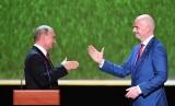 Presiden Rusia Vladimir Putin (kiri) berjabat tangan dengan Presiden FIFA Gianni Infantino (R) sebelum konser bintang opera dunia di Teater Bolshoi Akademik Negara di Moskow, Rusia, 14 Juli 2018.
