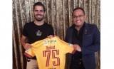 Presiden Sriwijaya FC Dodi Reza Alex (kanan) bersama marquee player Sriwijaya FC Tijani Belaid.
