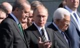 Presiden Turki Recep Tayyip Erdogan dan Presiden Palestina Mahmoud Abbas bersama Presiden Vladimir Putin (tengah) menghadiri peresmian masjid terbesar di Rusia, Rabu (23/9).