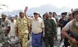 Presiden Yaman Abdrabbuh Mansour Hadi (tengah) melambaikan tangan saat dia berada di Aden, Yaman.