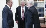 President AS Donald Trump (tengah) berbicara dengan Menteri Luar Negeri Rusia Sergey Lavrov (kiri) dan Duta Besar Rusia Sergey Kislyak di Gedung Putih, 10 Mei 2017.