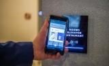 Pria menggunakan ponsel untuk masuk ke kamar hotelnya di KViHotel Budapest, Hongaria. Penggunakan teknologi dalam smart hotel menjadi daya tarik tersendiri bagi tamu.