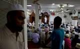 Pria Muslim melaksanakan shalat Jumat di sebuah masjid di Kolombo, Sri Lanka, Jumat (26/4).