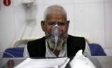 Pria sedang menjalani pengobatan Tuberkulosis.