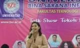 Prilly Latuconsina saat menjadi pembicara di seminar dan talkshow tokoh milenial UBSI Kampus Salemba 22 Jakarta.