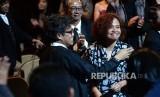 Produser Mira Lesmana menerima ucapan selamat saat pengumuman penghargaan pada Malam Puncak Festival Film Indonesia (FFI) 2016 di Taman Ismail Marzuki, Jakarta, Ahad (6/11) malam.