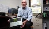 Profesor George Milne dari University of Western Australia dengan perangkat layar sentuh bernama Australis yang dirancang untuk membantu memprediksi kebakaran hutan