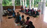 Program Rumah Baca Rumah Zakat disambut antusias anak-anak yang ingin belajar.