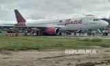 Proses evakuasi pesawat Batik Air yang tergelincir di Bandara Rendani Manokwari, Papua Barat, Selasa (13/3).