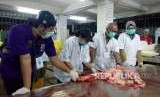 Proses penyembelihan dan pemotongan hewan kurban di Rumah Pemotongan Hewan Masjid Istiqlal, Jakarta Pusat, Rabu (22/8).