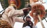 Prosesi pemotongan rambut anak gimbal di acara budaya Dieng Culture Festival (DCF) 2018