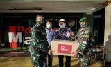 Prosesi penyerahan bantuan kepada TNI.