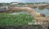 Proyek pembangunan Kolam atau Danau Retensi di Baleendah, Kabupaten Bandung, Selasa (24/10).