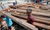 Proyeksi Ekspor Kayu dan Produk Kayu: Pekerja mengangkut kayu di Pelabuhan Sunda Kelapa, Jakarta Utara, Kamis (12/2).