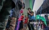 Psikolog anak Seto Mulyadi (tengah) atau Kak Seto, bermain bersama anak-anak korban gempa bumi di Pos Layanan Dukungan Psikososial Kemensos di Desa Sidakangen, Kalibening, Banjarnegara, Jawa Tengah, Senin (23/4).