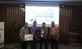 PT Asuransi Ramayana Tbk menyerahkan bantuan pendidikan Palu sebesar Rp 150 juta pada Lembaga Amil Zakat Nasional Bangun Sejahtera Mitra Umat ( Laznas BSMU) di Wisma Mandiri I, Jakarta Pusat, Selasa (12/2). Umi Nur Fadhilah