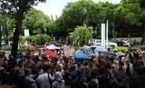 Puluhan emak-emak yang tergabung dalam Panggung Perlawanan Rakyat, menggelar aksi di depan Kantor KPU, Menteng, Jakarta Pusat, Ahad (21/4) sore. Mereka meminta KPU tidak mencurangi hasil pemilu.
