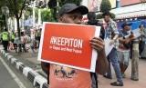 Puluhan orang dari koalisi masyarakat sipil sedang melakukan aksi di depan kantor Kominfo, Jalan Merdeka Barat, Jakarta Pusat, Jumat (23/8). Mereka menuntut agar pemerintah menghentikan pemblokiran internet di Papua dan Papua Barat. (ilustrasi)