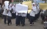 Puluhan siswa menggelar aksi demonstrasi karena ijazah dan rapornya tidak diberikan oleh pihak sekolah akibat menunggak SPP. (ilustrasi)