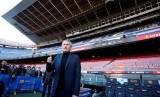 Pelatih Barcelona Quique Setien di Camp Nou.