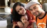 Raffi Ahmad bersama istri dan anaknya