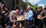Raja Malaysia Abdullah mendisteibusikan makanan cepat saji kepada pers Malaysia, Selasa (25/2). Raja Malaysia meminta para pemimpin partai mengajukan calon Perdana Menteri baru. Ilustrasi.