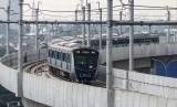 Rangkaian kereta Moda Raya Terpadu (MRT) Lebak Bulus-Bundaran HI melintas di Stasiun Fatmawati, Jakarta.