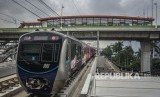 [Ilustrasi] Rangkaian kereta MRT melintas di bawah Halte Transjakarta Centrale Stichting Wederopbouw (CSW) koridor 13 di Jakarta.